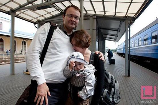 Алесь Михалевич в Вильнюсе встретился с женой и дочерью - фотофакт