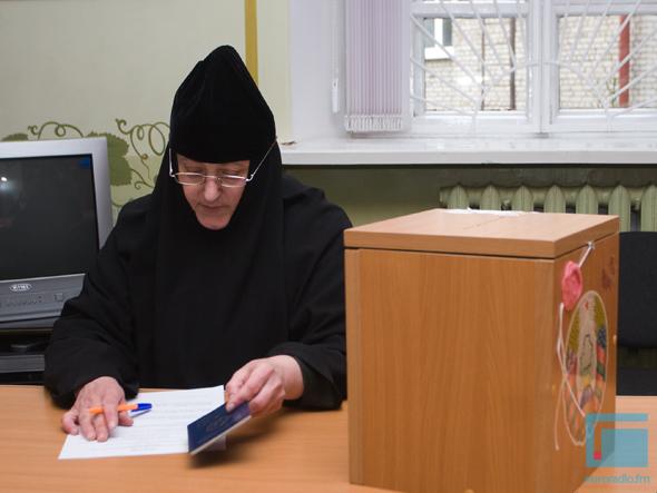 Монахини выбирают депутата - фото