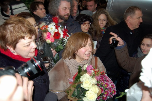 Culmination. People in the airport welcomed Sviatlana Alexievich with flowers and books (photos)