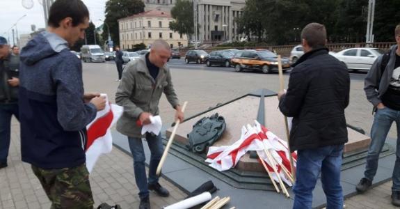 White-red-white flag action in Minsk's Kastrycnickaja Square: nobody detained