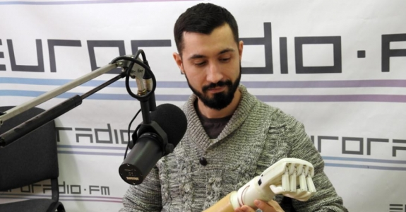 Minsk programmer makes artificial arm for his father (video)