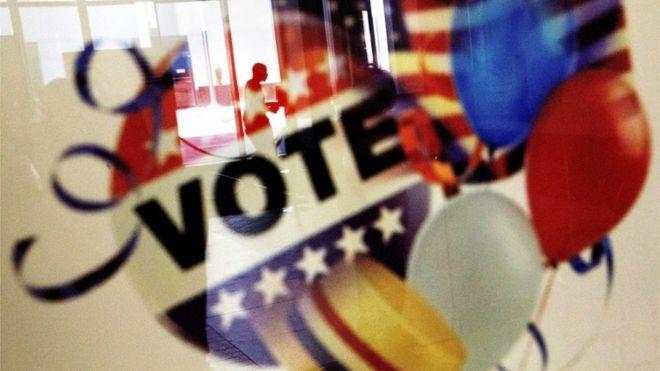 Опрос: за два дня до выборов Клинтон вновь опережает Трампа