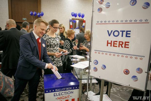 Клинтон разгромила Трампа по минскому округу на веселых выборах от посольства США