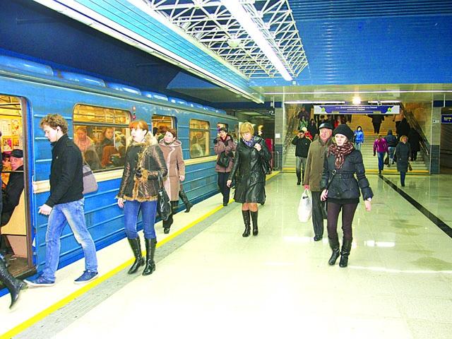 Настанции метро «Октябрьская» мужчина упал нарельсы