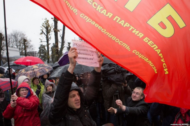 Contrasting styles of 'Lenin' protests in Belarus