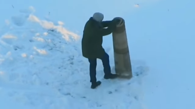 Totally crazy: man wrestles… a carpet! (video)