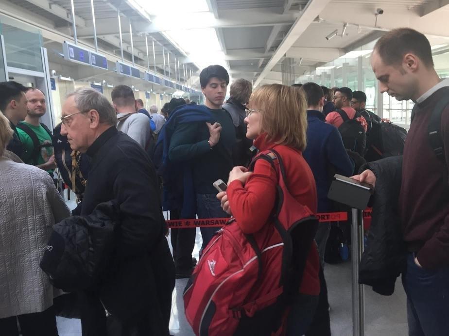 Тадеуш Кондрусевич стоит в общей очереди на паспортный контроль ...