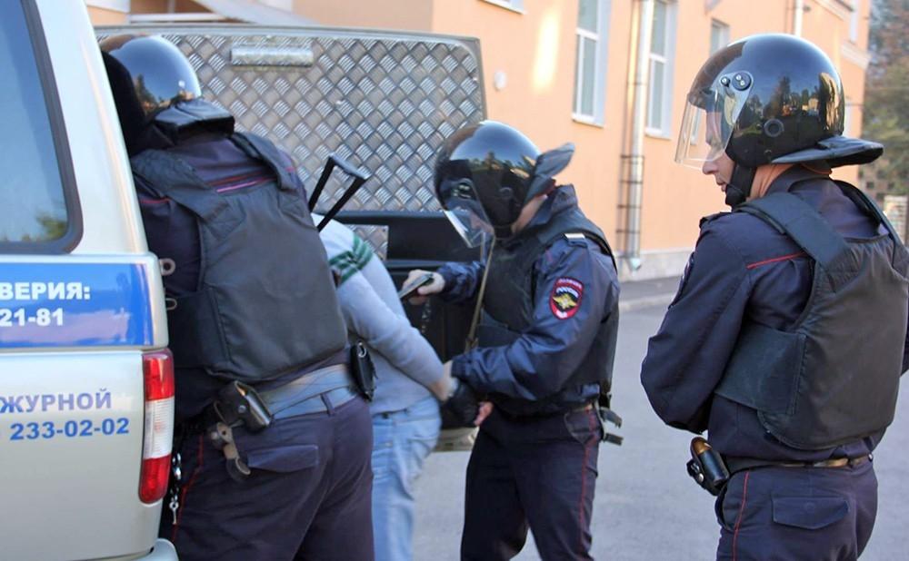 В Петербурге и Москве проходят задержания оппозиционеров
