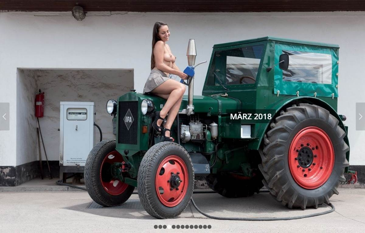 golaya-devushka-i-traktor-erotika-s-akrobatkami