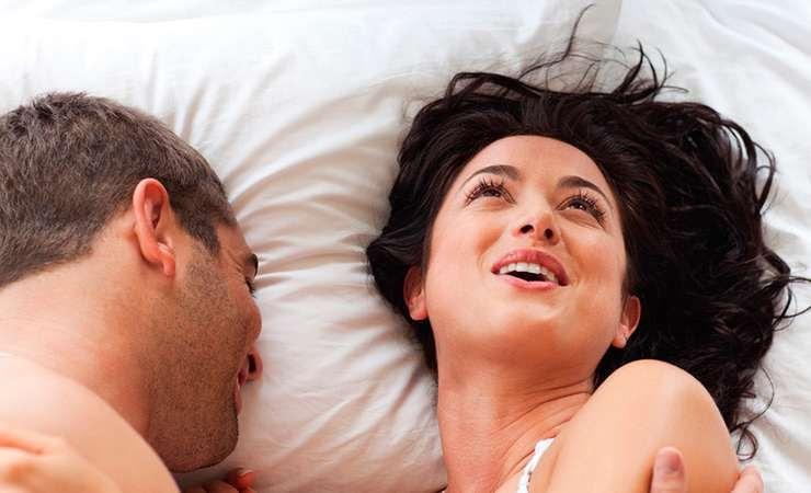 Девушки тренируются оральному сексу с презервативом