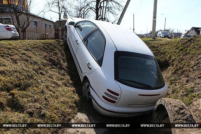 В Гродно легковушка на большой скорости вылетела в канаву, водитель попытался сбежать