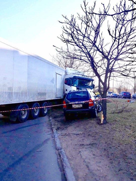 Фотофакт. В Минске столкнулись фура и кроссовер