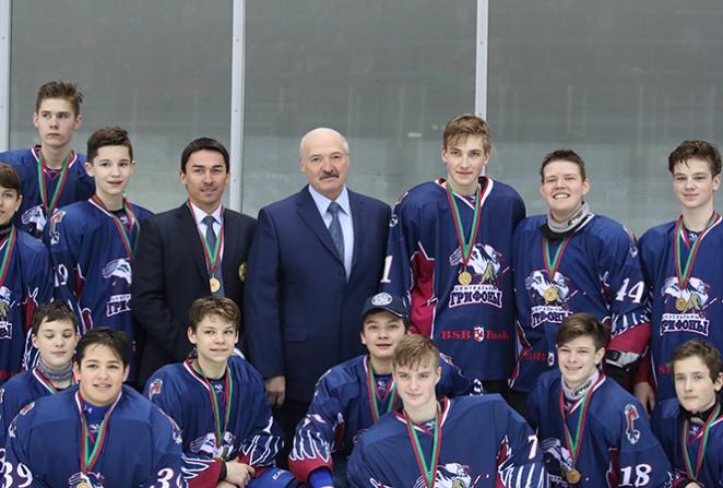 Лукашенко наградил своего 13-летнего сына - фотофакт