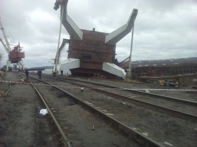 Фотофакт. В мозырском порту от сильного ветра рухнул кран