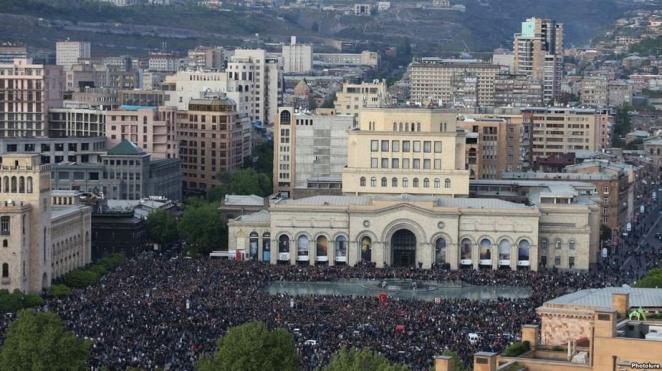 Десятки тысяч человек в Армении продолжают требовать сменяемости власти, несмотря на задержания