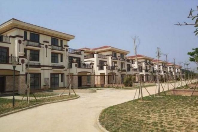 Китайский миллиардер построил в подарок односельчанам 258 роскошных вилл, но из-за жадности там никто не живет