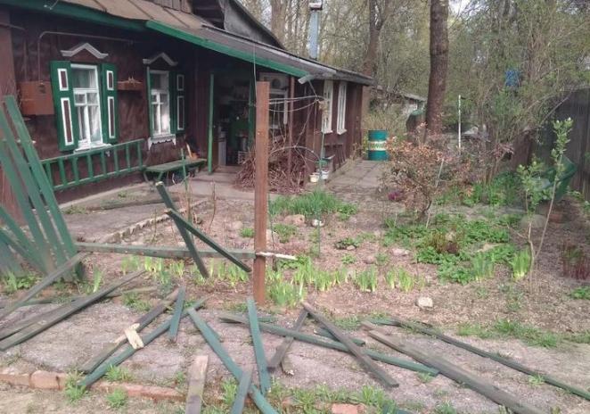 В Минске мужчина без причины выбил окна в жилом доме и ударил в лицо женщину