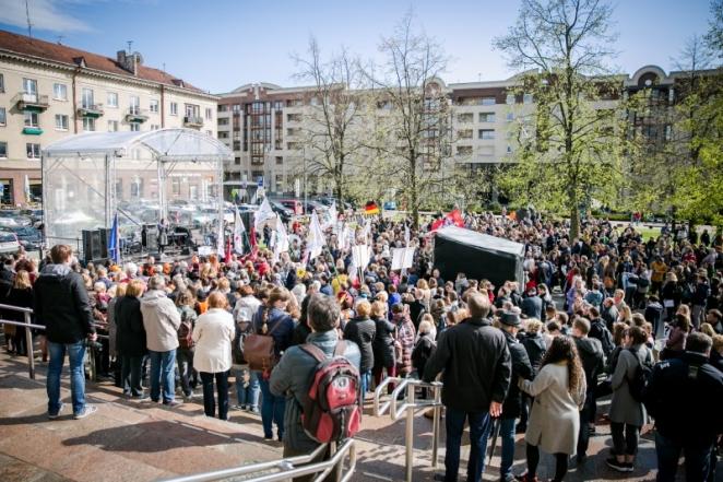 Сотни врачей, недовольных зарплатами, прошли маршем по Вильнюсу