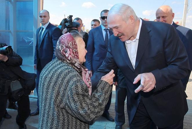 Лукашенко прогулялся по Житковичам и пообщался с пенсионеркой. Фотофакт
