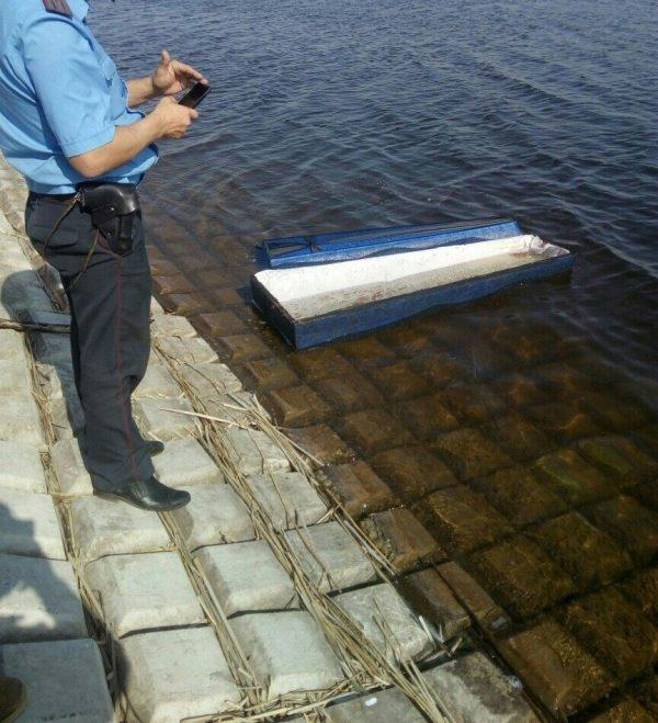 К берегу водохранилища в Солигорске приплыл... гроб.