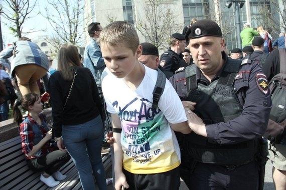 Фотофакт: жесткие задержания детей в России