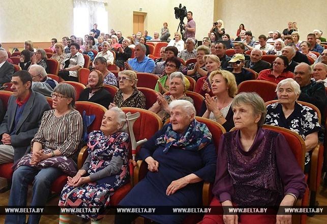 Коля Лукашенко подарил ветеранам кур. Фотофакт