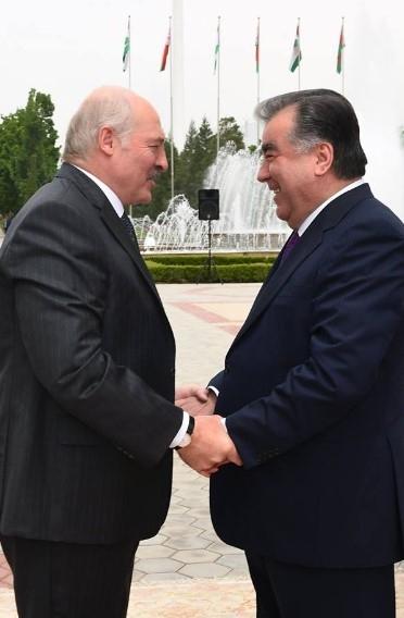Фотофакт: Новый политический тренд Лукашенко — держаться за руки