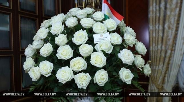 Обалдеть! Рахмон подарил Лукашенко корзину белых роз