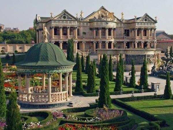 Почему белорусское посольство находится во дворе армянского олигарха?