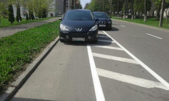 Фотофакт: Как россияне паркуются на велодорожке в Полоцке