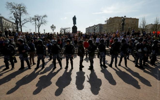 """В России проходят акции """"Он нам не царь"""": столкновения с ОМОНом, более тысячи задержанных"""