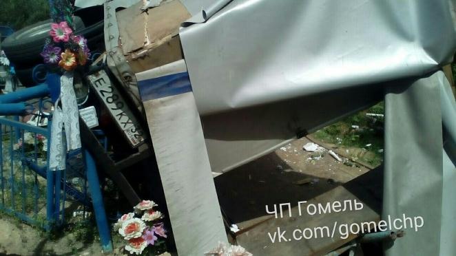 """""""Газель"""" с российскими номерами вылетела с дороги прямо на кладбище. Погиб пассажир"""