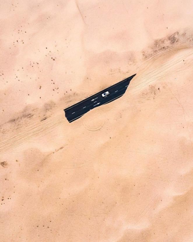 Фотограф показал с дрона, как пустыня пожирает Дубай и Абу-Даби