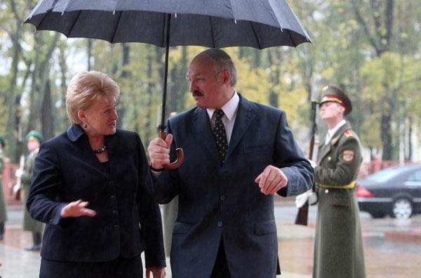 Вспомнить всё. Как Лукашенко прокололся с зонтом, встречая даму-президента