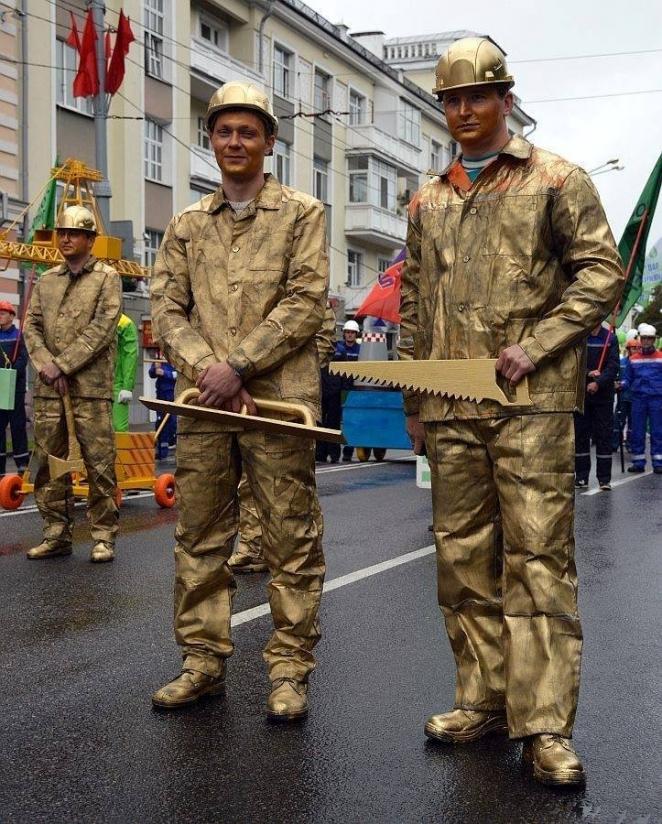 На парад 3 июля в регионах вышли патологоанатомы, человек-кирпич и человек-фосфат