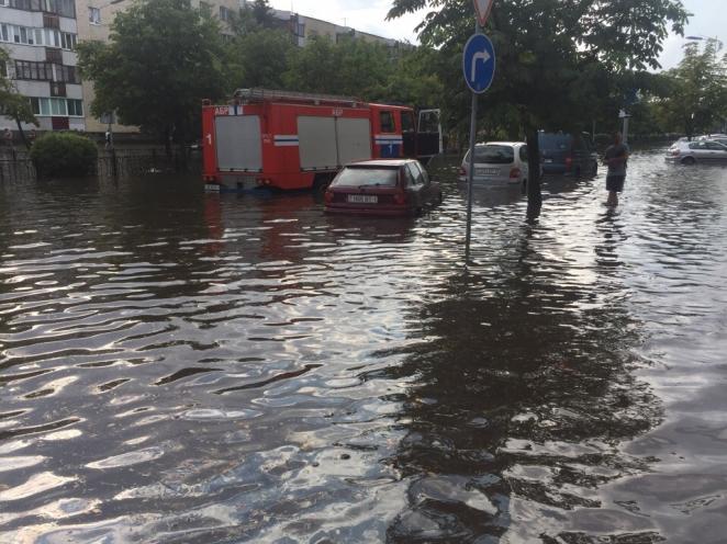 Советы водителям: как ехать во время потопа и что делать, если машина побывала в воде