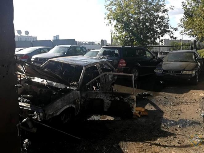 В Минске сгорел автомобиль. Еще три - повреждены огнем