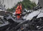 При обрушении автомобильного моста в Генуе погибли десятки человек