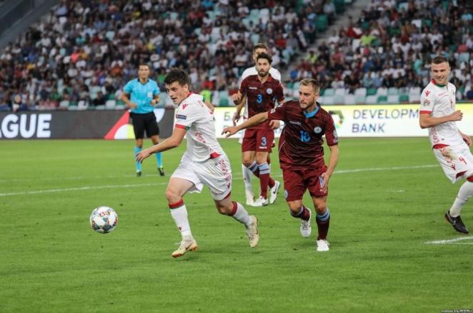 На матче Беларусь - Сан-Марино задержали фанатов с бело-красно-белыми флагами