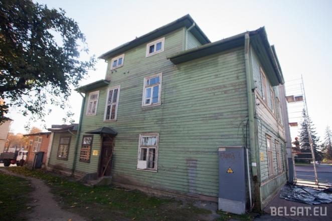 Показуха 80-го уровня: перед приездом Лукашенко начали красить пустые дома, предназначенные под снос!