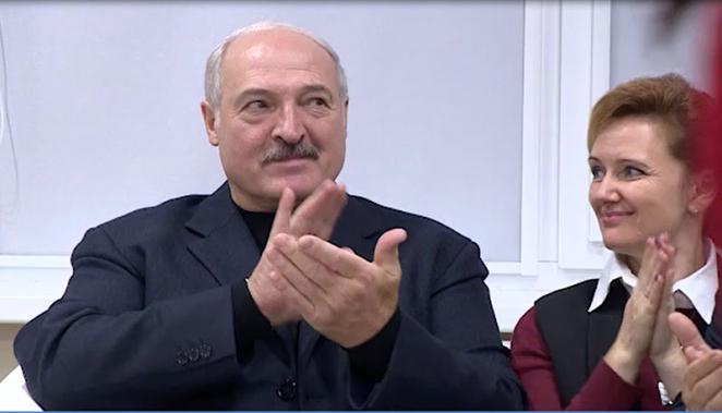 Грусть-тоска. С какими лицами Лукашенко и его чиновники наблюдали за модным показом