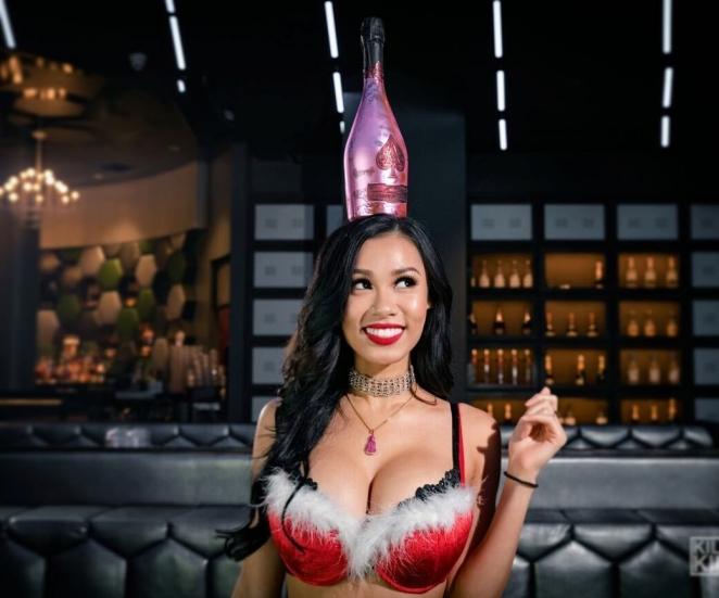 Девушки в новогодних секси-костюмах
