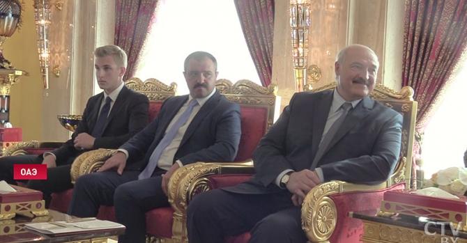 В компании диких арапов Николай Лукашенко выглядит несколько потерянным. Фото дня: